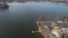 Vista aérea de casas da margem em um lago filme