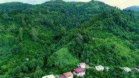 Vista aérea de casas do campo nas montanhas geórgia filme