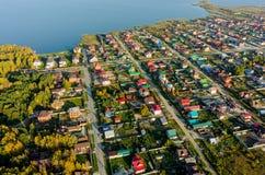 Vista aérea de casas en el banco del lago Tyumen Rusia Foto de archivo
