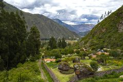 Vista aérea de casas en el valle sagrado de los incas cerca de la ciudad de Urubamba imagen de archivo libre de regalías