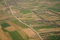 Vista aérea de casas entre campos en campo en Turquía Foto de archivo