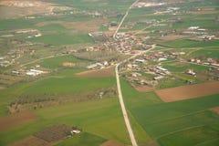 Vista aérea de casas entre campos en campo en Turquía Foto de archivo libre de regalías