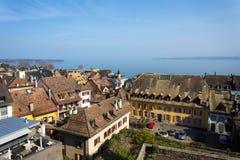 Vista aérea de casas suizas con el lago en fondo Imágenes de archivo libres de regalías