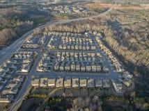 Vista aérea de casas y de casas urbanas en hileras en Georgia del norte durante puesta del sol Foto de archivo