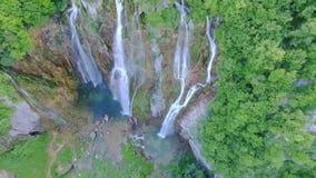 Vista aérea de cascadas y de los lagos en el parque nacional de Plitvice metrajes