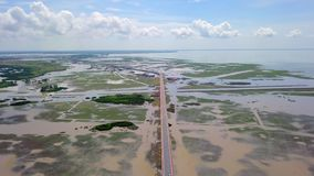 Vista aérea de Chaloem Phrakiat - a ponte a mais longa em Tailândia Vista superior da estrada da estrada em Thale Noi Wetlands de vídeos de arquivo