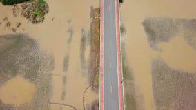 Vista aérea de Chaloem Phrakiat - a ponte a mais longa em Tailândia Vista superior da estrada da estrada em Thale Noi Wetlands de video estoque