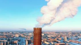 Vista aérea de chaminés de fumo em uma área residencial da cidade no por do sol no inverno vídeos de arquivo