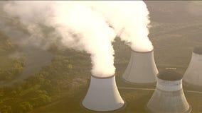 Vista aérea de chimeneas de enfriamiento metrajes