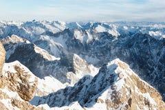 Vista aérea de cimeiras nevado da montanha Imagens de Stock