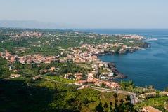 Vista aérea de ciudades a lo largo de la costa del este de Sicilia, cerca de Catania Fotografía de archivo libre de regalías