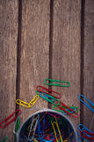 Vista aérea de clipes de papel coloridos pelo recipiente Fotografia de Stock Royalty Free