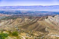 Vista aérea de Coachella Valley e da estrada que conduz a ela, Califórnia fotos de stock
