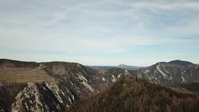 Vista aérea de colinas pirenáicas en Occitanie, Francia almacen de video