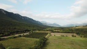 Vista aérea de colinas y de viñedos en el campo mediterráneo en el pirenáico del este, Francia almacen de metraje de vídeo