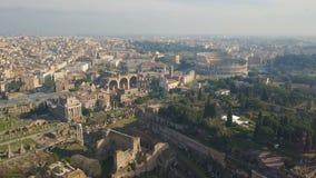 Vista aérea de Colosseum y de ruinas romanas antiguas metrajes