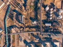 Vista aérea de construções industriais da fábrica ou da planta com os tanques da construção do armazenamento e as tubulações de a fotografia de stock royalty free