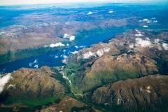 Vista aérea de cordilleras y del paisaje del lago foto de archivo