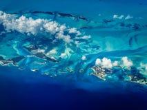 Vista aérea de costas de las islas caribeñas del agua de la turquesa Foto de archivo