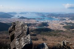 Vista aérea de cumes, de mar e de ilhas da montanha fotografia de stock royalty free