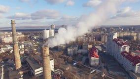 Vista aérea de distritos de una ciudad con las fábricas de los tubos, cuyo hay humo almacen de video