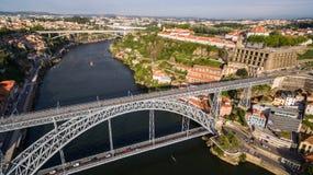 Vista aérea de dom viejos luis de la ciudad y del puente de Oporto I sobre el río del Duero, Portugal Fotos de archivo libres de regalías