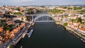 Vista aérea de dom viejos luis de la ciudad y del puente de Oporto I sobre el río del Duero, Portugal Foto de archivo