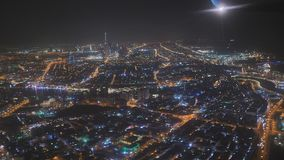Vista aérea de Dubai en la noche de la ventana del avión metrajes