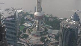 Vista aérea de edificios altos con el río en Shangai, China, neblina seria almacen de video