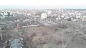 Vista aérea de edificios comunistas en la ciudad de Sofía, Bulgaria Edificios viejos en un capital de los Balcanes Str soviético  metrajes