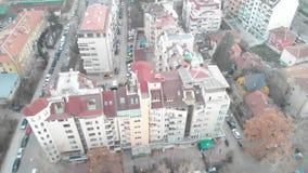 Vista aérea de edificios comunistas en la ciudad de Sofía, Bulgaria Edificios viejos en un capital de los Balcanes Str soviético  almacen de metraje de vídeo