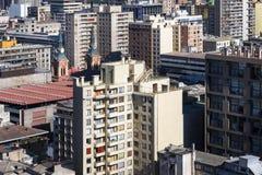 Vista aérea de edificios modernos y viejos en la ciudad de Santiago de Chile en Chile, Suramérica Fotografía de archivo libre de regalías