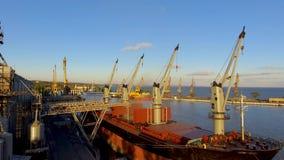 Vista aérea de elevadores de grão grandes no mar Carga da grão em um navio Porta Navio de carga filme