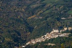 Vista aérea de Farindola, parque nacional de Gran Sasso, Abruzzo, Itália foto de stock