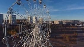 Vista aérea de Ferris Wheel y del estadio en Stalingrad almacen de metraje de vídeo