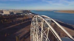 Vista aérea de Ferris Wheel y del estadio en Stalingrad metrajes