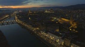 Vista aérea de Florencia iluminada, Italia en la puesta del sol Catedral Santa Maria almacen de metraje de vídeo