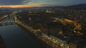 Vista aérea de Florencia iluminada, Italia en la puesta del sol Catedral Santa Maria almacen de video