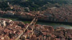 Vista aérea de Florencia, Italia, el puente viejo de Ponte Vecchio, Arno River 4K almacen de metraje de vídeo