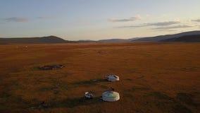 Vista aérea de Gers nômada no estepe do Mongolian video estoque