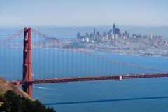 Vista aérea de golden gate bridge; a skyline de San Francisco visível no fundo; Califórnia imagens de stock royalty free