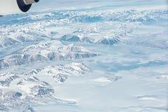 Vista aérea de Gronelândia com furos da montanha, do oceano e do gelo Fotos de Stock