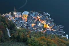 Vista aérea de Hallstatt en la oscuridad, un pueblo asombroso de la orilla del lago por la ladera en la región de Salzkammergut d foto de archivo