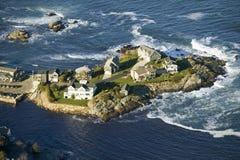 Vista aérea de hogares océano-delanteros en Perkins Cove, en la costa de Maine al sur de Portland Fotos de archivo libres de regalías