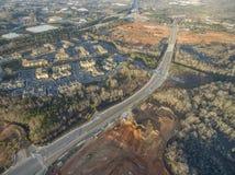 Vista aérea de hogares típicos en Georgia del norte junto con progresos de nueva construcción Fotografía de archivo libre de regalías