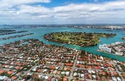 Vista aérea de hogares y de la vegetación con el río y los lagos Fotografía de archivo