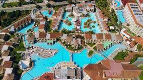 Vista aérea de hoteles de lujo y de chalets con la piscina en Ayia Napa, Chipre almacen de video