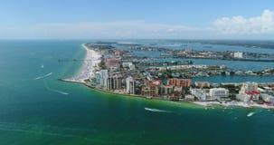 Vista aérea de hoteles por la playa