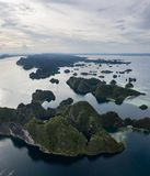 Vista aérea de ilhas da pedra calcária em Misool, Raja Ampat foto de stock royalty free