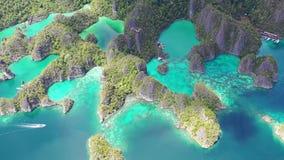 Vista aérea de ilhas da pedra calcária em Raja Ampat video estoque